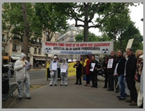 Reading of testimonies from victims of radioactivity outside the Ministry of Health on 5th May 2017