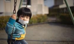 Un enfant japonais jouant dans la zone de confinement de Fukushima.