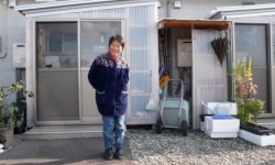 Madame Kowata devant son logement provisoire à Aizu Wakamatsu (Photo Thierry Ribault)